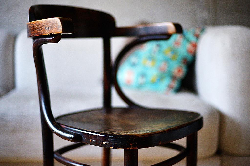 gięte krzesło, które zamieszkało w pracowni i nie chce ustąpić miejsca porządnemu ergonomicznemu krzesłu do pracy
